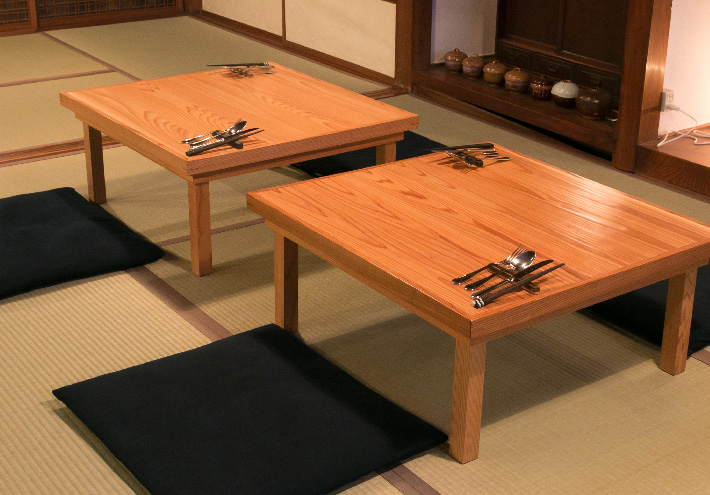テーブル:阿部仏壇製作所(KOUGI) 座布団:スズキ食堂車